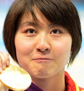 焦刘洋夺冠展示金牌 国歌声中泪水难抑