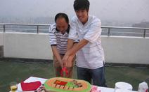 06年庆生与孙海平一起切蛋糕