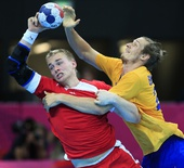 奥运图:瑞典手球队晋级四强 与丹麦队员拼抢