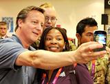 英国首相拳击赛场玩自拍