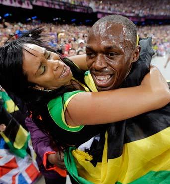 36秒84!博尔特领牙买加队破纪录遭粉丝熊抱