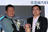陈政义先生为李云飞先生颁奖
