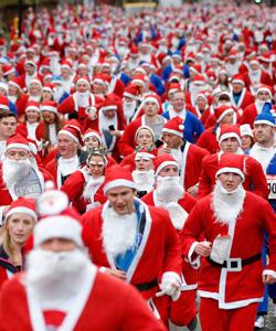 探访五花八门的圣诞老人