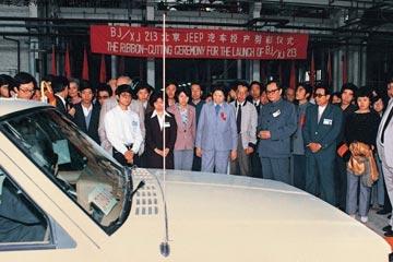 1985年9月,第一批国产切诺基越野车驶下总装线 高清图片