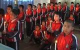 新疆小学生点蜡烛叠纸鹤祈福
