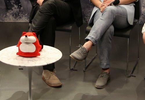 基努-里维斯与陈虎兄弟情深,穿同款不同色鞋子。