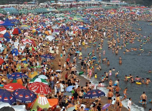 傅家庄浴场海滩成私人圈钱地 海滩洗海澡要交钱