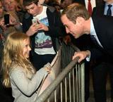 威廉王子与小女孩调笑