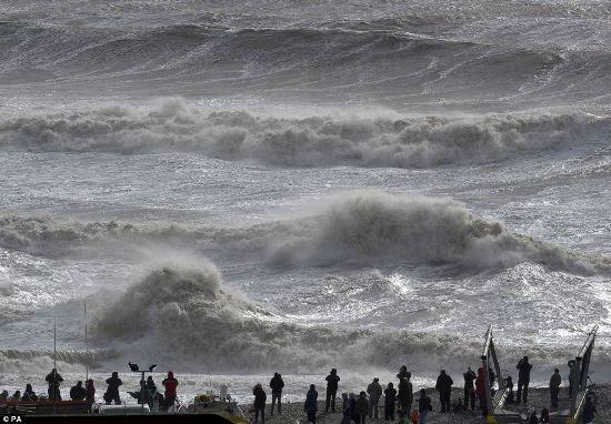 在康沃尔,一名男子被七级以上强风带离地面。