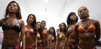 韩国健美赛:众美女后台宽衣擦油