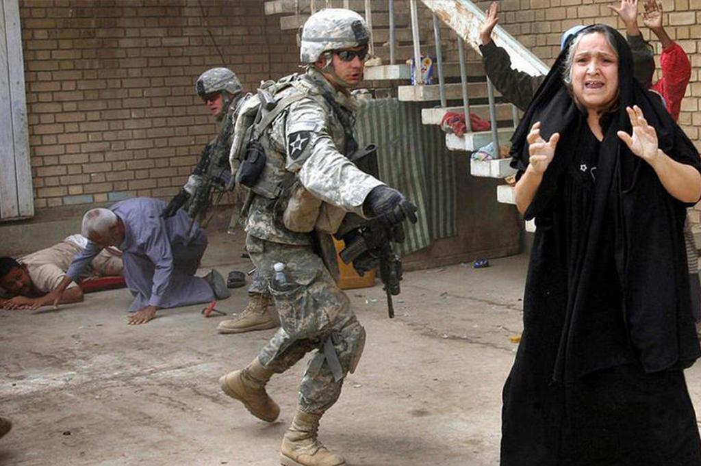 """一名伊拉克妇女大叫""""不要开枪!"""""""