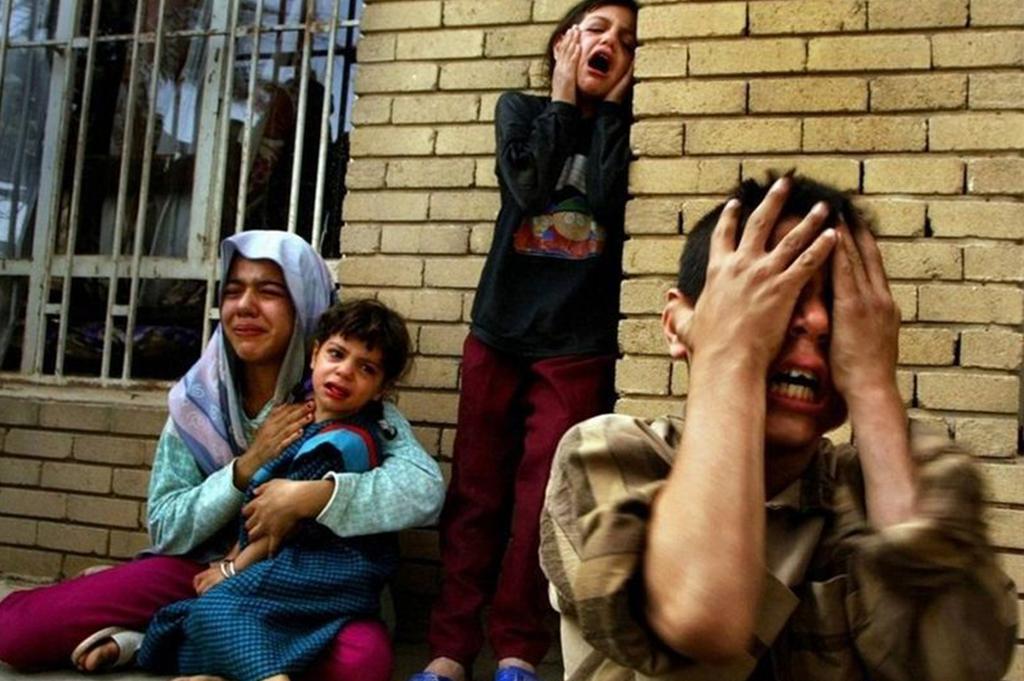 伊拉克家庭在为自己死去亲人哭泣