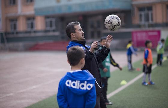 乌鲁木齐第五小学的主教练亚力买买提·马合苏提 图:张新民