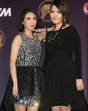第25届金曲奖红毯 戴佩妮刘思涵亲密亮相