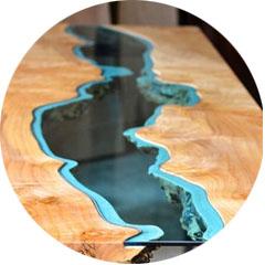 """蜿蜒徘徊在桌子上的""""河流"""""""