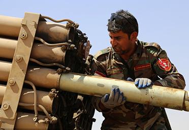 伊拉克库尔德士兵使用导弹攻打ISIS武装