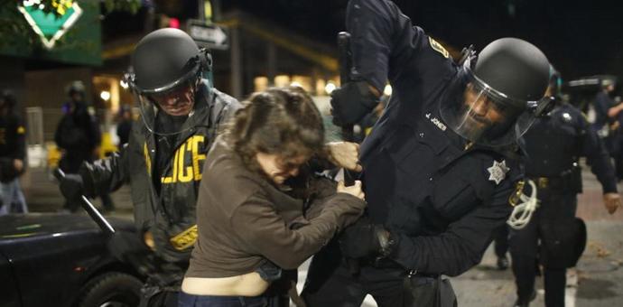 """据美国《纽约每日新闻》12月7日报道,纽约""""锁喉""""案示威游行首次转向暴力。美国东部时间上周六晚,警方在加州伯克利大学附近遭示威游行群众攻击,截至当地时间7日上午,已有6名抗议者被捕… [详细]"""