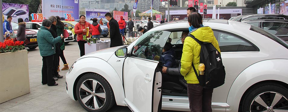 2014搜狐汽车感恩特惠车展开幕,许多网友到达现场
