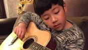 石头学吉他变文艺暖男 网友赞其全面发展好少年