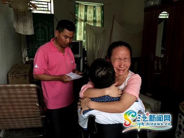 分手时辰,邱燕桦抱着韦青龙喜笑颜开(三亚期货配资 网记者刘丽萍摄)