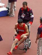 坐轮椅离开赛场