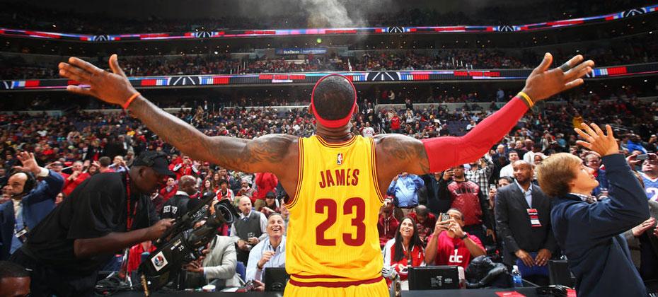 2015詹姆斯骑士图片_NBA詹姆斯、欧文身穿我无法呼吸体恤衫热