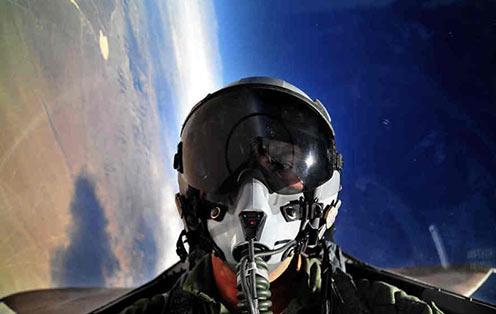 武装到牙齿的空军飞行员