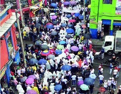 当地时间5月18日,哥伦比亚商贩在首都波哥大市中心的市场举行针对华人商家的抗议活动