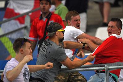 俄球迷翻看台揍三狮死忠