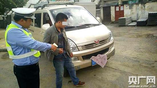 驾御员周某用毛巾遮挡车牌回避电子抓拍被扣罚12分(图像由通信员供给)