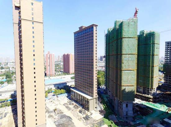 从大楼东南面看,整栋大楼薄如一张纸片,和四周的修筑扞格难入,显得十分特殊。