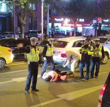 女子因拒绝交警检查打滚反被车碾(组图)