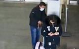 女子车站专心玩手机行李被盗