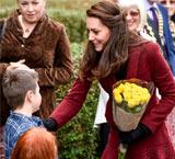 凯特王妃出访获小帅哥送玫瑰