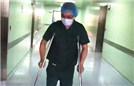 医生骨折单腿站立做手术