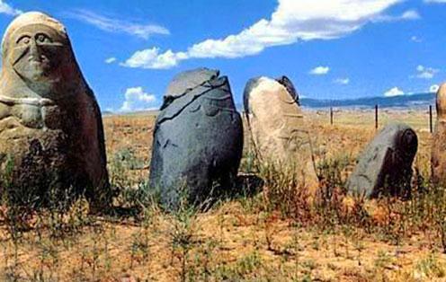 新疆沙漠的诡异石像群