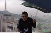 主播楼顶播报天气被雷劈