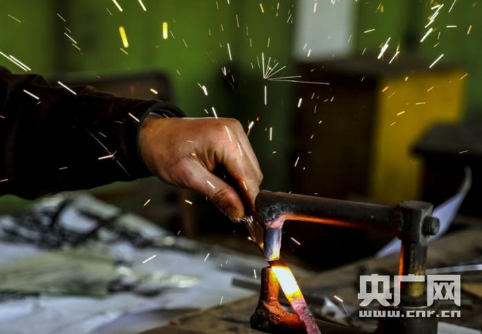 铁画工匠叶合:以铁为墨 千锤百炼乃成形(图)