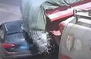 越野车强行超车被砂石掩埋