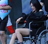 谢娜坐轮椅录节目