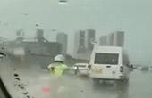 司机故意压水溅交警被拘