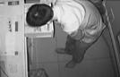 小偷钻10厘米门缝盗窃
