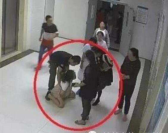 医院公布监控:产妇两次下跪被拒