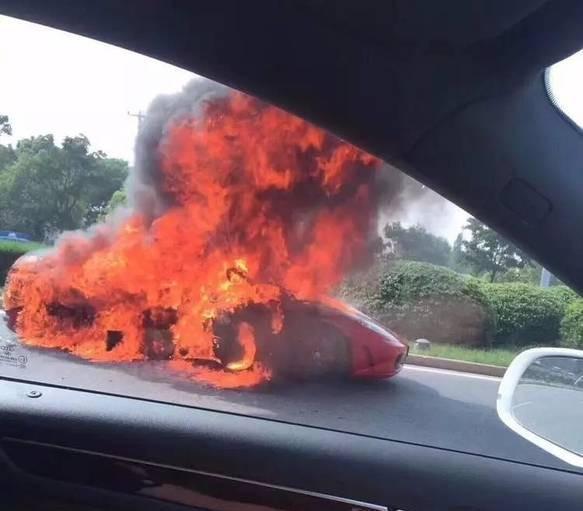 豪车这是肿么了?浙江法拉利自燃成废铁