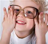 孩子近视到底该不该戴眼镜?