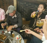 刘涛豪气吹酒瓶 老公在旁喝茶