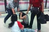 两女地铁打架胸口抓出血