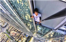 男子登高楼悬空玩自拍