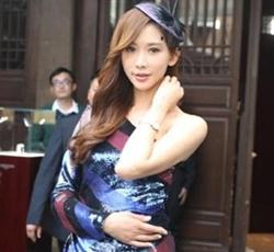 林志玲穿亮片裙妩媚秀香肩