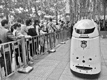 """""""机器警察""""黄金周上岗 在天安门广场安检口提醒游客遵守秩序"""